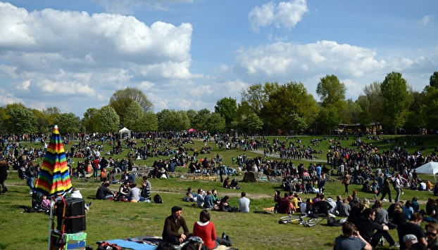 Många besökare i Görlitzer Park under dagtid.