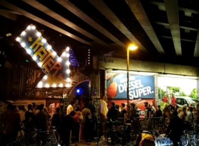 Festbesökare som köar för att festa på klubben Kater Blau, näst bästa klubben i Berlin.